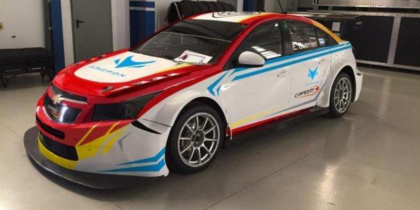 """"""" Una foto de como será mi auto del @CamposRacing en @FIA_WTCC. Lleva los colores de #Argentina y seguiré con el #86. #TeamEG ¿Qué les parece?"""" Esto puso en su Twitter"""