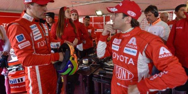 Rossi y Rafa en plena charla cuando corrían en Renault. Ahora serán rivales . Uno en Toyota , otro en Renault