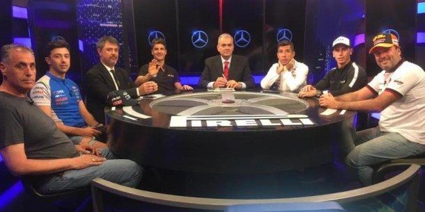 La mesa del programa donde terminan las carreras